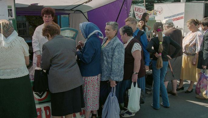 Жители Кемерова в очереди за продуктами, 1998 год