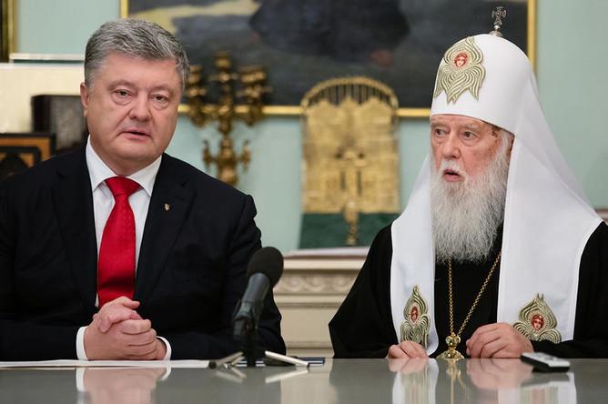 Президент Украины Петр Порошенко во время встречи с архиереями Украинской православной церкви. Справа: патриарх Филарет.