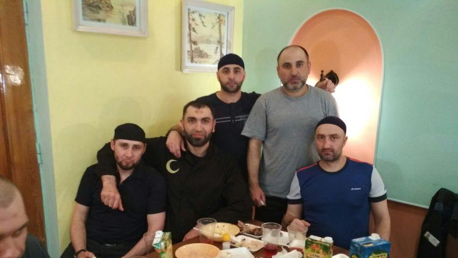 Застолье в иркутской колонии №3 (на фото: Заур Дадаев слева)
