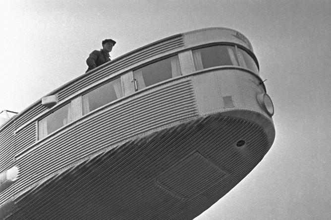 Самолет АНТ-20 «Максим Горький» (Генеральный конструктор- А.Н.Туполев) во время подготовки к первомайскому параду на Красной площади, 21 апреля 1935 года