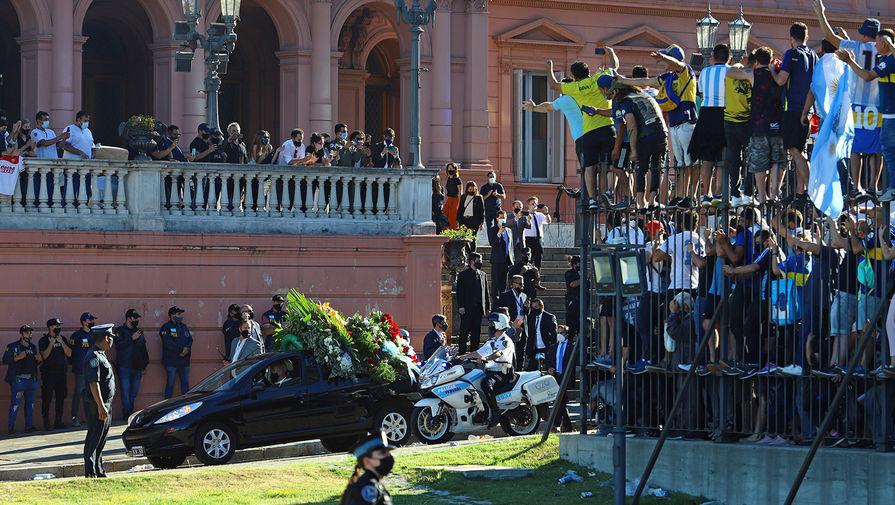 Катафалк с телом Диего Марадоны покидает президентский дворец в Буэнос-Айресе