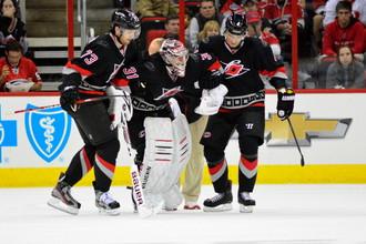 Игроки «Каролины» помогают травмированному Антону Худобину покинуть лед