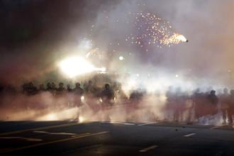 Взрывчатка, запущенная полицейскими для разгона демонстрации