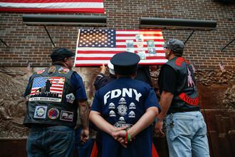 Мемориальная доска на здании пожарной части рядом с ВТЦ, Нижний Манхэттен, Нью-Йорк