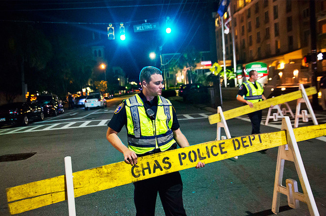 Полиция около афроамериканской церкви, где произошло массовое убийство