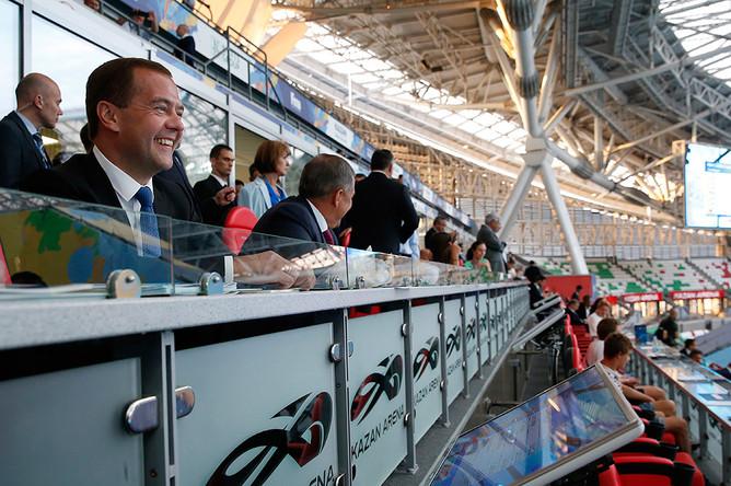 Премьер-министр РФ Дмитрий Медведев на трибуне «Казань Арены» во время соревнований по плаванию на XVI чемпионате мира по водным видам спорта в Казани
