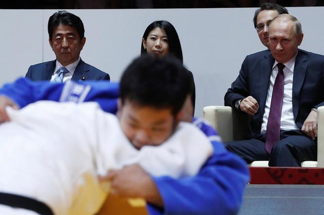 Премьер-министр Японии Синдзо Абэ и президент России Владимир Путин во время посещения соревнований Международного турнира по дзюдо имени Дзигоро Кано во Владивостоке, 7 сентября 2017 года
