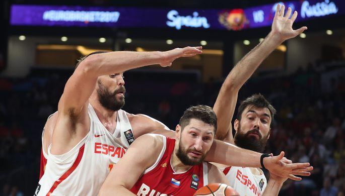 Никите Курбанову (с мячом) и его партнерам по сборной России немного не хватило, чтобы пробиться через испанцев к бронзовым медалям чемпионата Европы