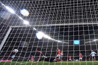 Вратарь Игорь Акинфеев (Россия) пропускает мяч в товарищеском матче по футболу между сборными России и Аргентины.