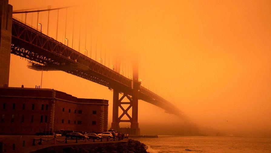 Оранжевое небо над мостом Золотые Ворота в Сан-Франциско, штат Калифорния, 9 сентября 2020 года