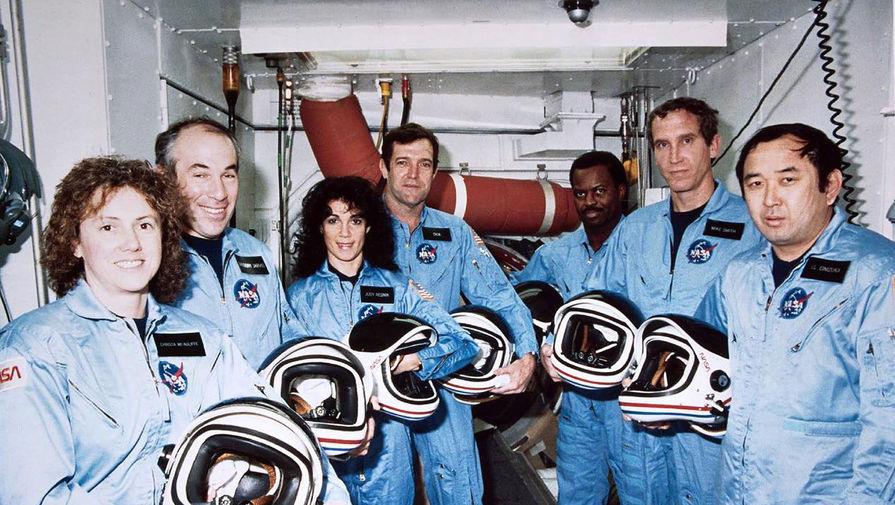 Экипаж STS-51L во время подготовки к полету в Космическом центре Кеннеди. Слева направо: Маколифф, Джарвис, Резник, Скоби, Макнейр, Смит и Онидзука , 9 января 1986 года