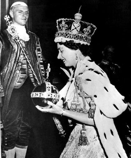 Известие о смерти своего отца короля Георга VI принцесса Елизавета получила в феврале 1952 года, находясь с супругом в Кении. С этого момента начался процесс подготовки к коронации. Она состоялась 2 июня 1953 года, несмотря на то, что за несколько месяцев до этого, в марте, скончалась бабушка королевы, Мария Текская. На фото Елизавета II во время церемонии коронации в Вестминстерском аббатстве в 1953 году.