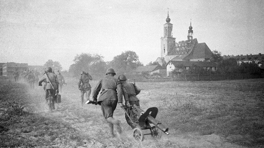 Освобождение Польши. Солдаты выбирают оборонительную точку перед началом боя за Варшаву