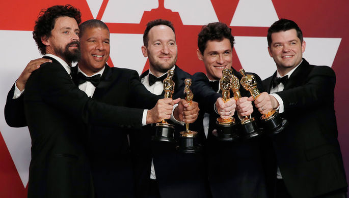 Актеры Боб Персичетти, Питер Рэмзи, Родни Ротман, Фил Лорд и Кристофер Миллер со статуэтками в категории «Лучший полнометражный анимационный фильм» за ленту «Человек-паук: Через вселенные» во время церемонии вручения кинопремии «Оскар» в Лос-Анджелесе, 24 февраля 2019 года