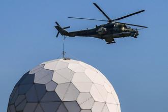 Вертолет Ми-24 патрулирует территорию, прилегающую к авиабазе Хмеймим
