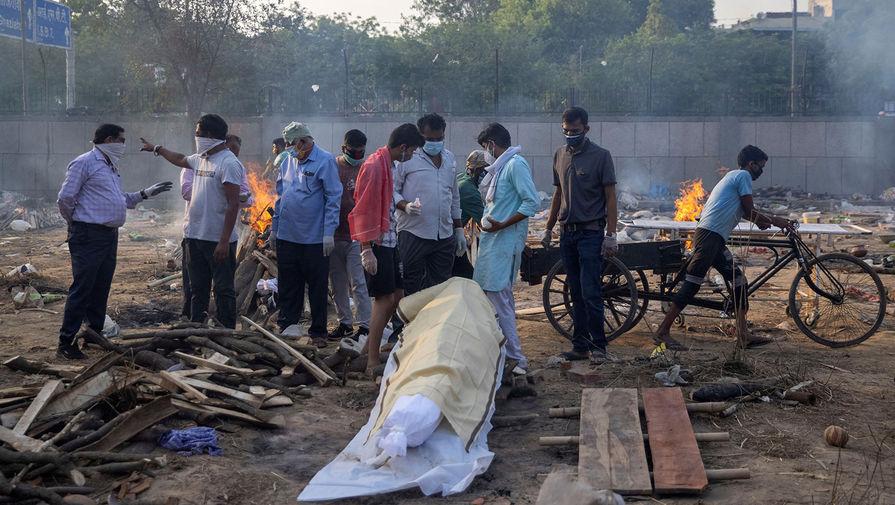 Сжигание тел погибших от коронавируса около крематория в Нью-Дели, 22 апреля 2021 года
