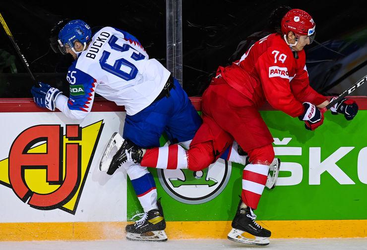 Слева направо: Мартин Бучко (Словакия) и Максим Шалунов (Россия) в матче группового этапа чемпионата мира по хоккею 2021 между сборными командами Словакии и России, 24 мая 2021 года