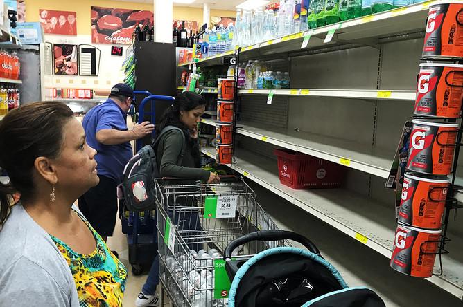 Пустые полки в одном из супермаркетов в районе Маленькой Гаваны в Майами, США. 5 сентября 2017 года