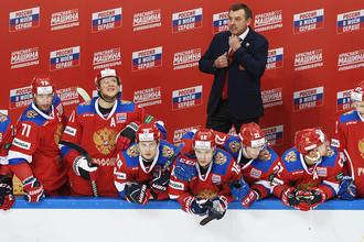 Главный тренер сборной России Олег Знарок во время матча между Россией и Швецией в Москве, 14 декабря 2017 года