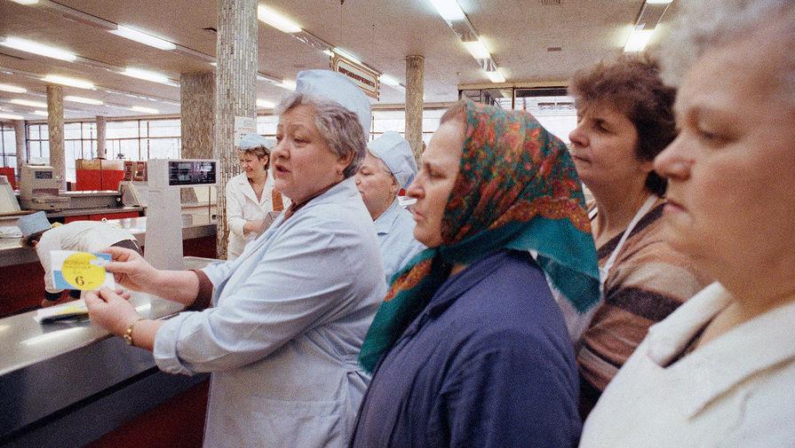 Продавщица с новыми ценниками в продуктовом магазине в Москве, 2 апреля 1991 года