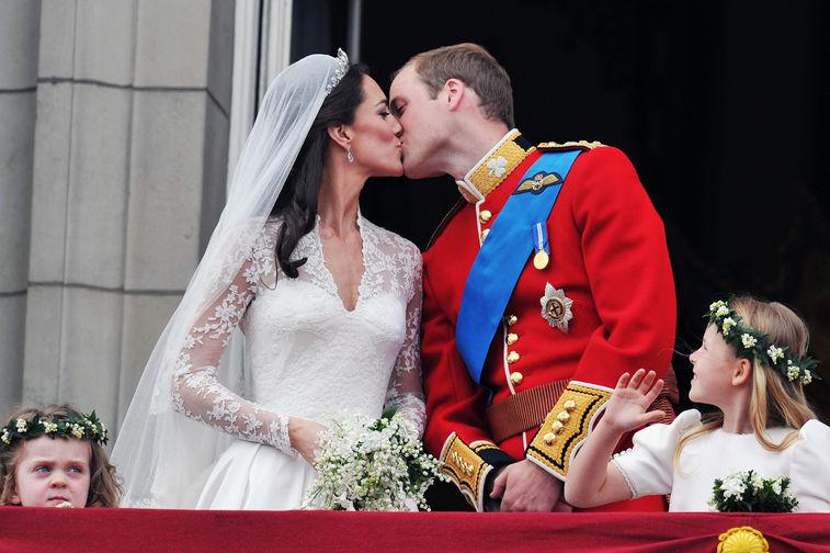 Венчание принца Уильяма и Кейт состоялось в Вестминстерском аббатстве – на церемонию были приглашены 1900 гостей, среди которых были дипломаты, министры стран Британского Содружества, армейские офицеры, представители королевского двора, не было лишь глав других государств. На свадьбе Кейт Миддлтон была в платье Alexander McQueen и тиаре Cartier, созданной для королевы Елизаветы Боуз-Лайон в 1936 году