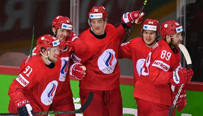 Игроки сборной России Владимир Тарасенко, Иван Морозов, Никита Задоров, Александр Барабанов и Никита Нестеров (слева направо) радуются забитой шайбе в матче группового этапа чемпионата мира по хоккею 2021 между сборными командами России и Швеции.