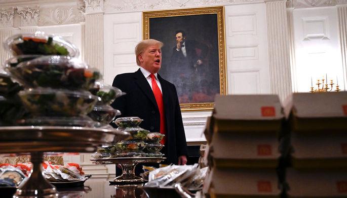Президент Дональд Трамп и столы с фастфудом в Парадной столовой Белого дома во время приема в честь...