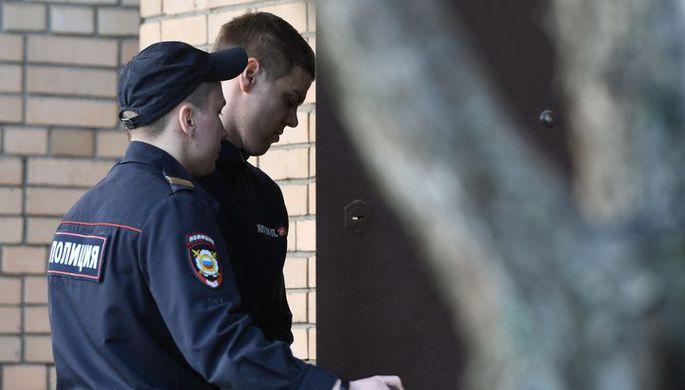 Футболист Александр Кокорин, обвиняемый в хулиганстве и побоях, входит в здание Пресненского суда Москвы.