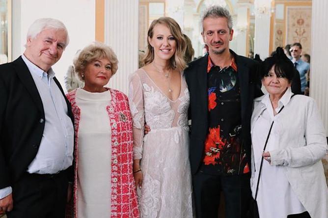 Ксения Собчак и Константин Богомолов с родителями в Грибоедовском ЗАГСе Москвы, 13 сентября 2019 года