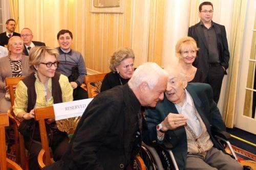 Несмотря на тяжелую болезнь один из самых выдающихся гроссмейстеров мира Виктор Корчной (справа) пришел посмотреть на своих юных коллег