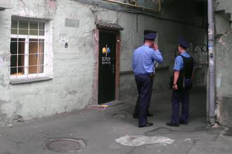 Сотрудники милиции у входа в офис движения FEMEN в Киеве