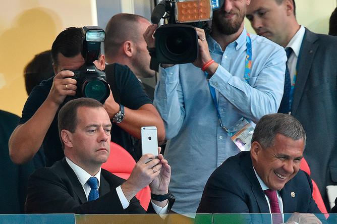Премьер-министр России Дмитрий Медведев и врио президента Республики Татарстан Рустам Минниханов на трибуне «Казань Арены» во время соревнований по плаванию на XVI чемпионате мира по водным видам спорта в Казани
