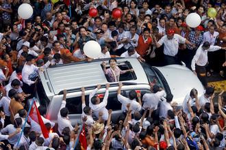 Аун Сан Су Чжи в окружении последователей