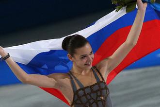 Аделина Сотникова, завоевавшая золотую медаль во время выступления в произвольной программе женского одиночного фигурного катания, на XXII зимних Олимпийских играх
