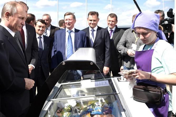 Президент России Владимир Путиным с мороженым на авиасалоне МАКС в подмосковном Жуковском, 2017 год