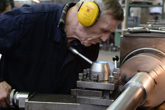 Рабочий у токарного станка на радиотехническом предприятии в Новосибирске, 2015 год