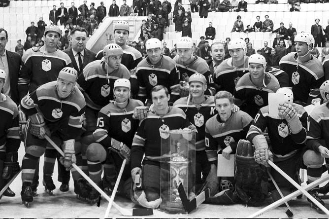 Виктор Толмачев в составе команды «ЦСКА» с призом газеты «Советский спорт», 1968 год