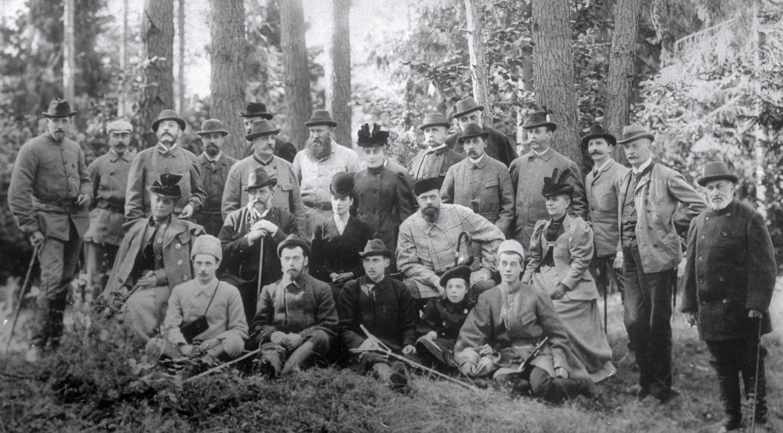 Император Александр III (второй справа в среднем ряду) и его окружение на охоте, последняя прижизненная фотография.