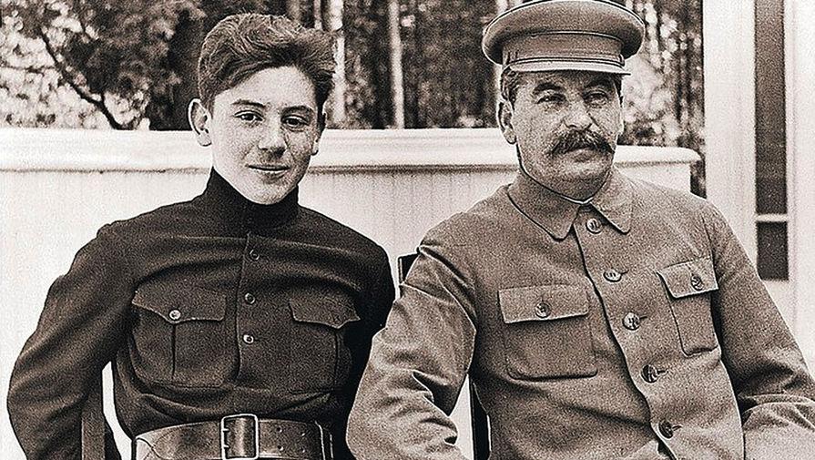 Василий Сталин с отцом, точная дата фотографии не установлена