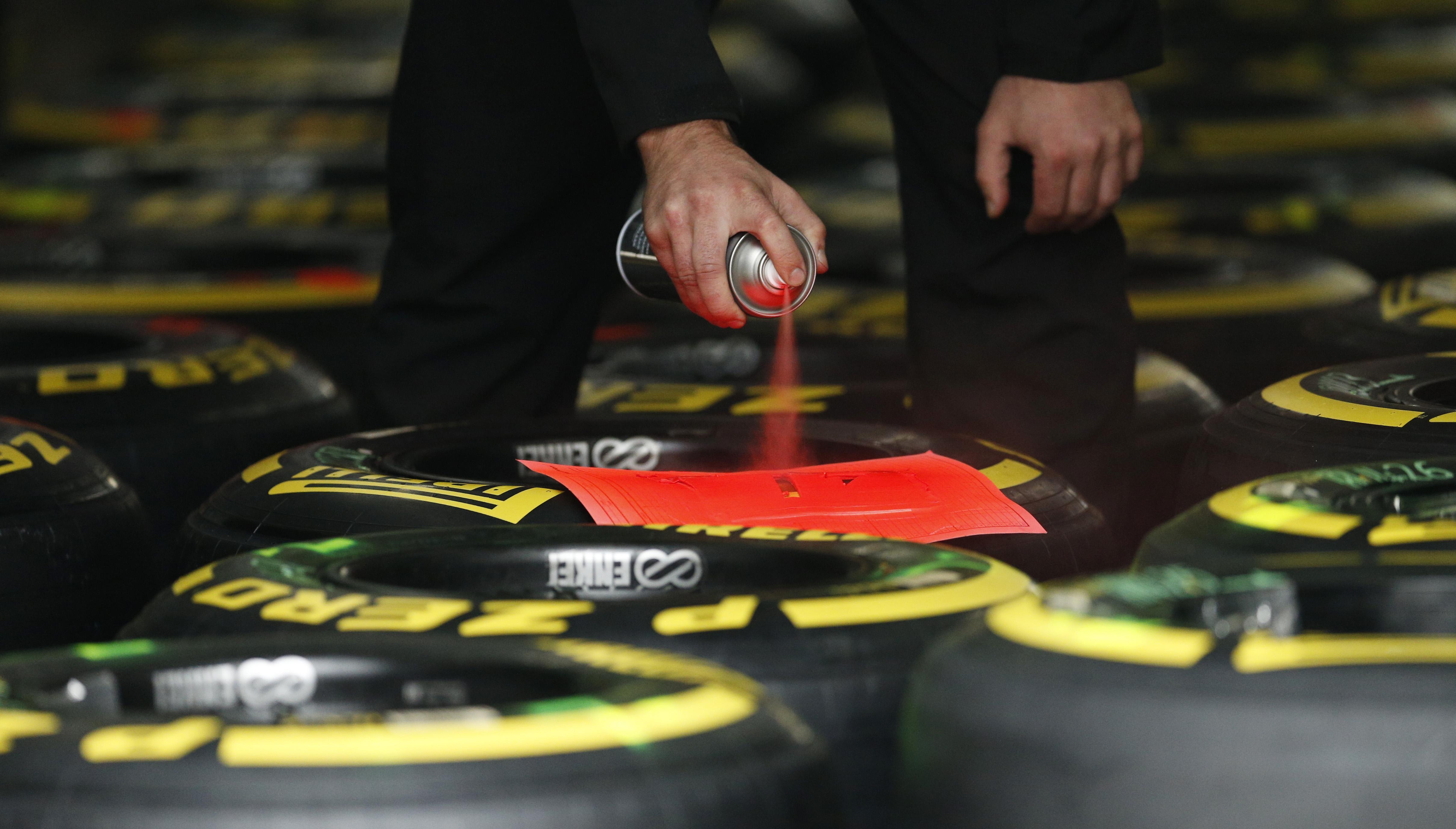 Каждая шина обладает собственным уникальным штрих-кодом, присваиваемым покрышке еще на заводе. Дополнительно резина маркируется уже на самом Гран-при.