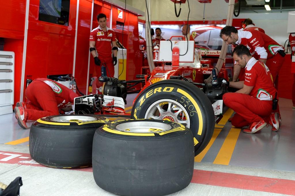 Механики «Феррари» готовят болид к участию в Гран-при «Формулы-1»