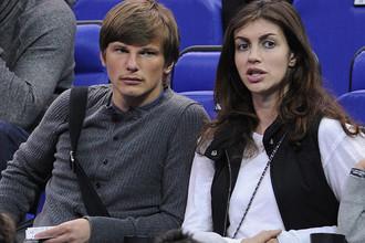 Андрей Аршавин и Алиса Казьмина наблюдают за игрой в полуфинале «Финала четырех» баскетбольной Евролиги сезона 2012/2013 в Лондоне
