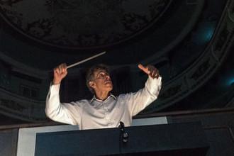 Главный дирижер и председатель художественно-творческой коллегии «Новой оперы» Ян-Латам Кёниг на репетиции оперы Джузеппе Верди «Травиата» на сцене Марийского государственного театра оперы и балета имени Эрика Сапаева в Йошкар-Оле, 2017 год