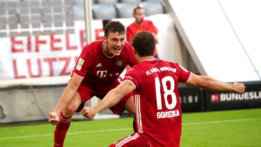 Бенжамен Павар (слева) и Леон Горетцка празднуют победный гол, который они и организовали