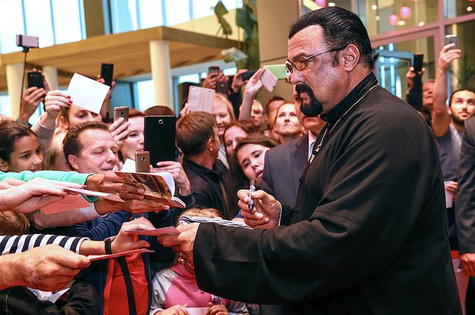 Стивен Сигал в окружении поклонников во время церемонии открытия именной звезды на Аллее славы в Москве