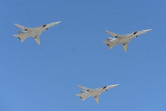 Дальние ракетоносцы-бомбардировщики Ту-22 М3 во время воздушной части военного парада в Москве в честь 71-й годовщины Победы в Великой Отечественной войне 1941-1945 годов