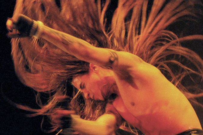 Вокалист группы Red Hot Chili Peppers Энтони Кидис во время концерта в Будапеште, 1996 год
