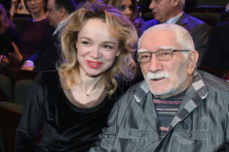Армен Джигарханян с супругой Виталиной Цымбалюк-Романовской на юбилейном вечере в честь 90-летия театра «Ленком» в Москве, январь 2017 года