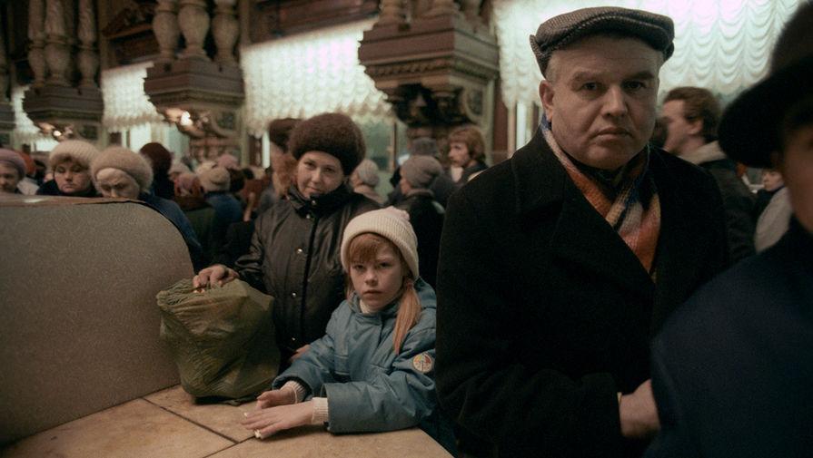 Посетители Елисеевского магазина в ожидании продуктов, 1990 год