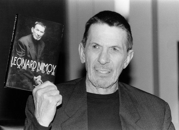 Леонард Нимой со своей книгой мемуаров «Я- Спок», 1995 год